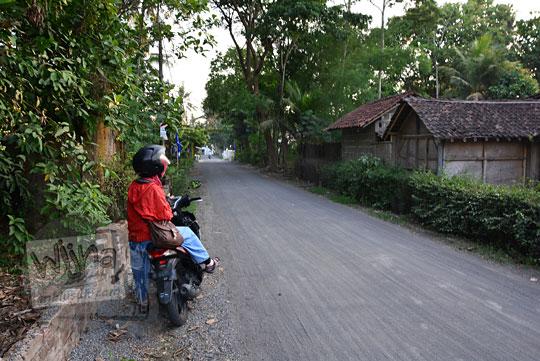 pertigaan gapura lapangan desa kranggan di kecamatan galur kulonprogo