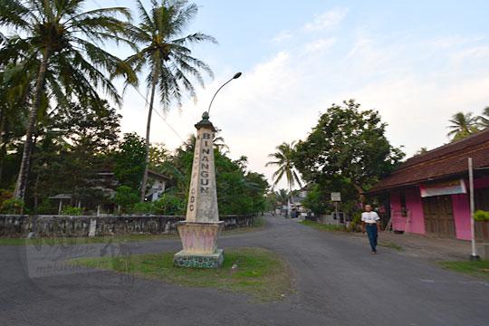 tugu pertigaan desa karangsewu di kecamatan galur