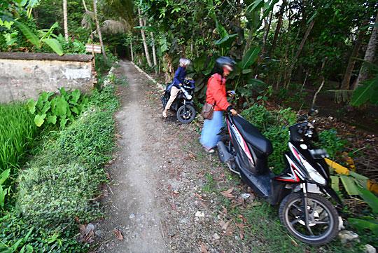 parkir sepeda motor di kuburan belanda kerkhof karangsewu galur