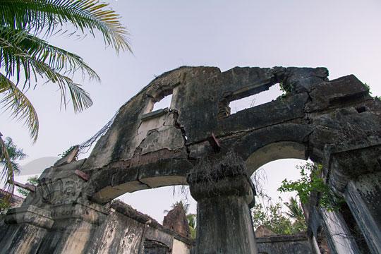 tembok retak rumah tua belanda di dusun sewugalur kulon progo