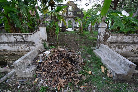 tumpukan sampah di halaman rumah tua belanda di dusun sewugalur kulon progo