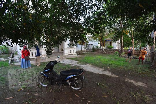pohon mangga di halaman rumah tua belanda di dusun sewugalur kulon progo