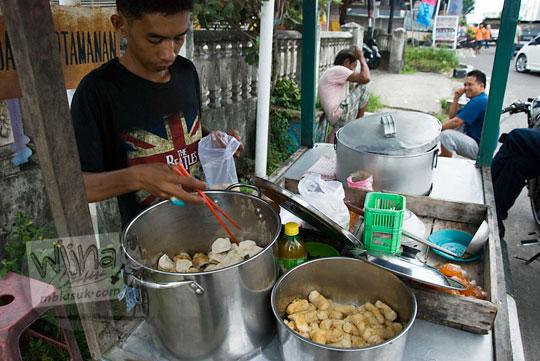 kisah abang penjual Sup bakso Ikan di trotoar Jalan Sriwijaya Kota Tanjung Pandan Pulau Belitung pada zaman dulu Maret 2016