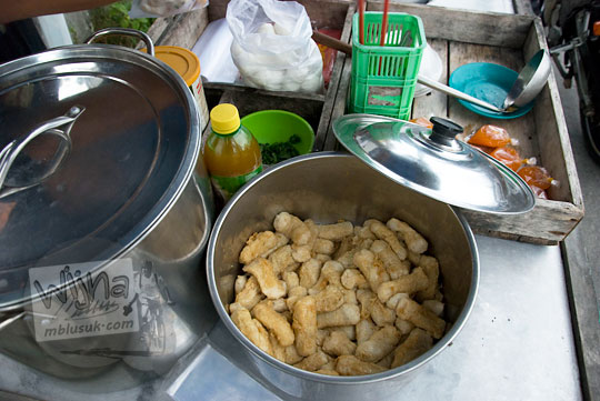 perabot perlengkapan pedagang kaki lima yang menjual Sup bakso Ikan di Jalan Sriwijaya Kota Tanjung Pandan Pulau Belitung pada zaman dulu Maret 2016