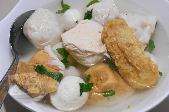 satu mangkuk kuliner khas belitung yang enak dan unik yaitu Sup bakso Ikan yang dijual oleh pedagang kaki lima di Jalan Sriwijaya Kota Tanjung Pandan Pulau Belitung pada zaman dulu Maret 2016