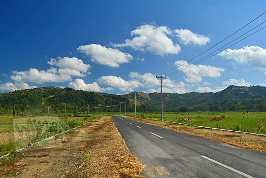 suasana jalan pelosok pulau lombok