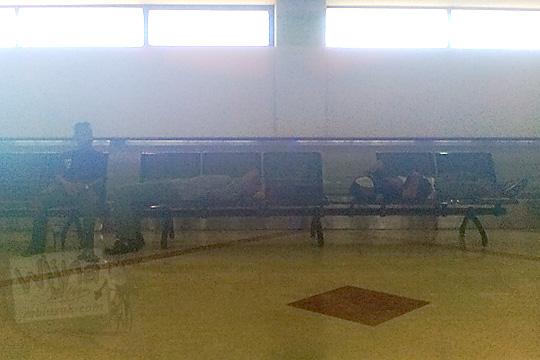 penumpang tidur bangku airport juanda surabaya