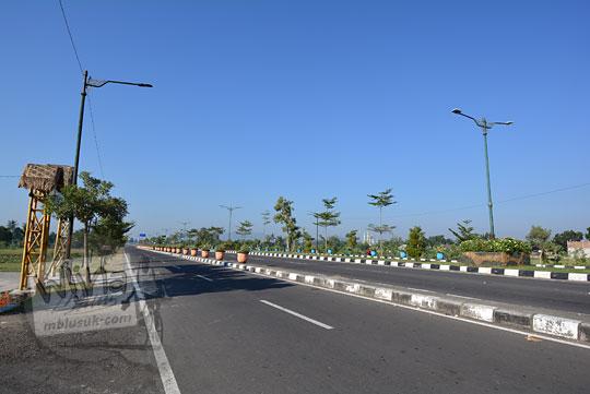 suasana sepi jalan raya bypass bil di lombok tengah nusa tenggara barat