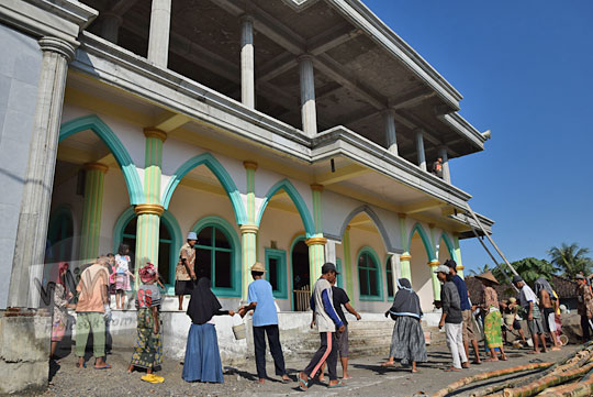 warga lombok bergotong-royong membangun masjid di pinggir jalan raya bil lombok tengah