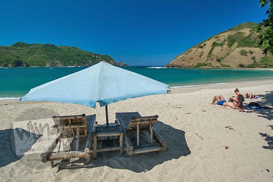 kursi santai dengan payung di pantai mawun lombok