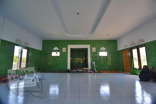 suasana dalam masjid sepi di lombok tengah