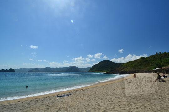 suasana sepi pantai mawi lombok