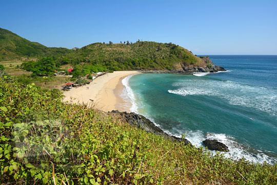 pemandangan pantai mawi lombok dari ketinggian puncak bukit