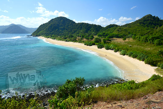 pemandangan pantai tersembunyi di dekat pantai mawi lombok