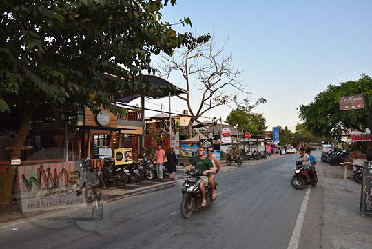 suasana jalan wisata di kawasan pantai kuta lombok tengah
