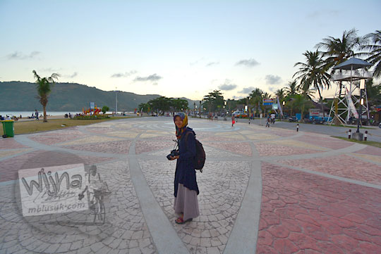 perempuan sedang berwisata di kawasan kuta mandalika lombok