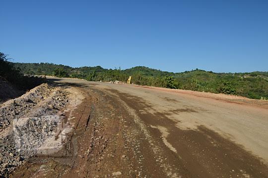 kondisi jalan rusak tanah berdebu dari pantai kuta lombok ke pantai mawun