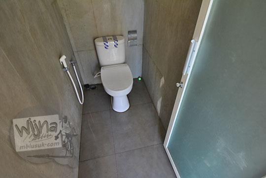 toilet kloset duduk modern di desa adat sade lombok