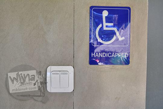 rambu difabel di toilet desa adat sade lombok
