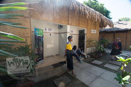 petugas jaga toilet di desa adat sade lombok