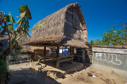 berugak tradisional di desa adat sade lombok
