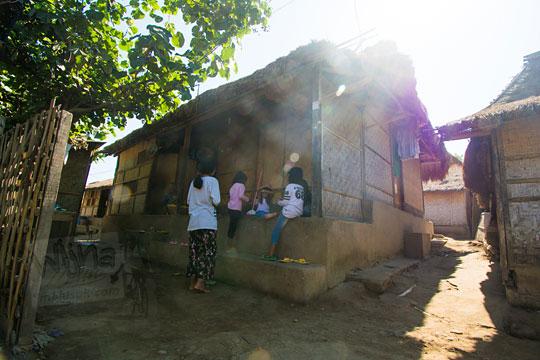 anak-anak bermain di teras rumah desa adat sade lombok