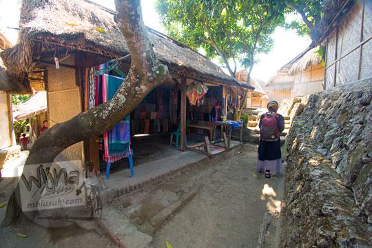 rumah penjual kain di desa adat sade lombok