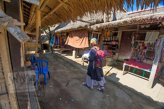 gang penjual suvenir di desa adat sade lombok