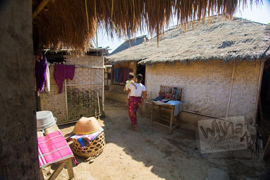 ibu menggendong anak di desa adat sade lombok