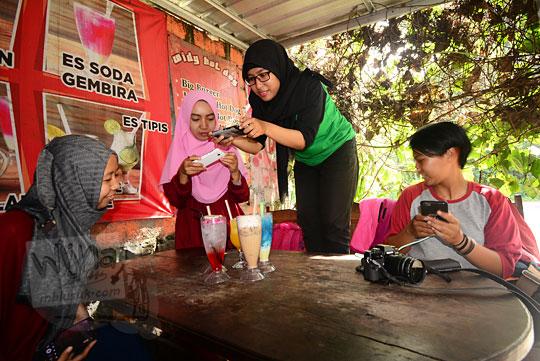 sekumpulan cewek jilbab cantik sedang nongkrong di warung widy hot delicious dusun plosokerep umbulharjo cangkringan