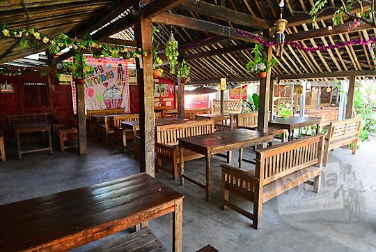 meja kursi kayu antik di warung widy hot delicious dusun plosokerep umbulharjo cangkringan