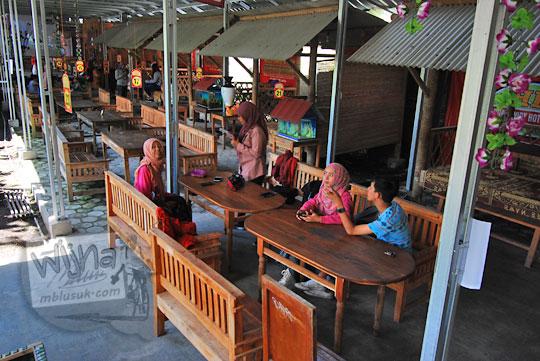 area makan berupa gubuk dan lesehan di warung widy hot delicious dusun plosokerep umbulharjo cangkringan