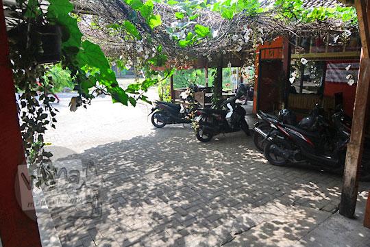 area parkir mobil luas di warung widy hot delicious dusun plosokerep umbulharjo cangkringan