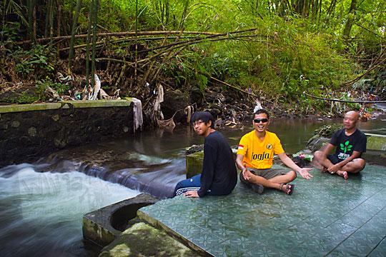 tiga pria foto bareng di petilasan situs keraton bathok bolu sambiroto