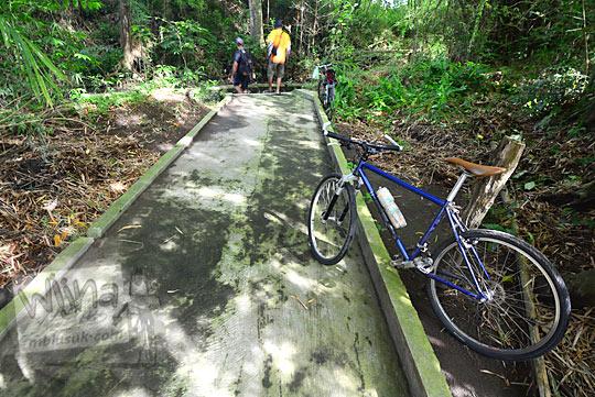 jalan semen menuju petilasan keraton gaib bathok bolu di dusun sambiroto purwomartani kalasan tahun 2018