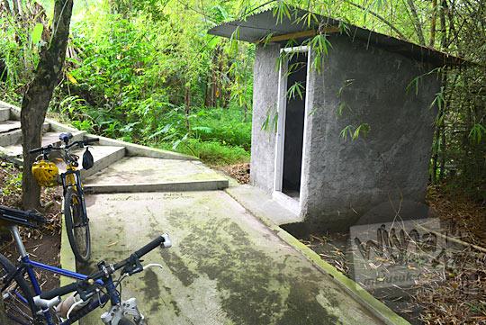 toilet umum di area wisata budaya petilasan keraton gaib bathok bolu di dusun sambiroto purwomartani kalasan tahun 2018