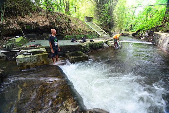 bermain air di sungai gerbang keraton gaib bathok bolu di dusun sambiroto purwomartani kalasan tahun 2018