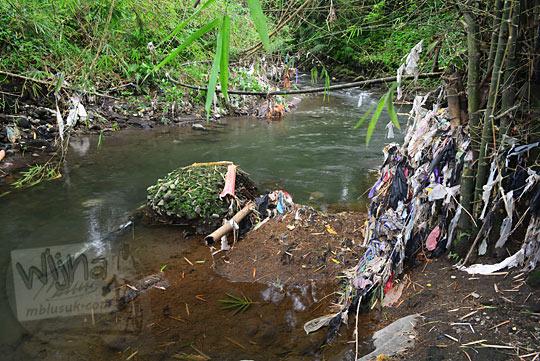 sampah mengotori sungai petilasan keraton gaib bathok bolu di dusun sambiroto purwomartani kalasan tahun 2018