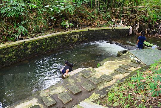 ritual peziarah di sungai petilasan keraton gaib bathok bolu di dusun sambiroto purwomartani kalasan tahun 2018