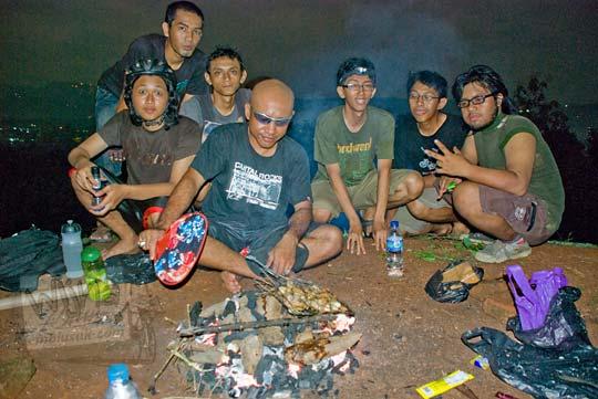 cowok bakar telo singkong malam hari di candi abang jogja pada tahun 2010