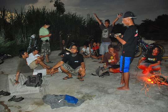 cowok bakar telo singkong malam hari di ladang tebu sambiroto purwomartani pada tahun 2010