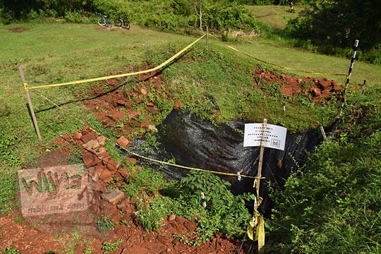 lubang galian ekskavasi penelitian arkeologi purbakala di situs candi abang, berbah, sleman, yogyakarta pada Januari 2018