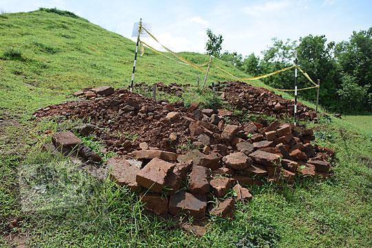 penemuan batu bata kuno di situs candi abang, berbah, sleman, yogyakarta pada Januari 2018