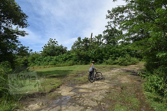 lapangan luas untuk berkemah di dekat situs candi abang, berbah, sleman, yogyakarta pada Januari 2018