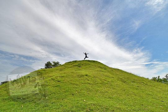 siluet cewek lompat di puncak candi abang, berbah, sleman, yogyakarta pada Januari 2018