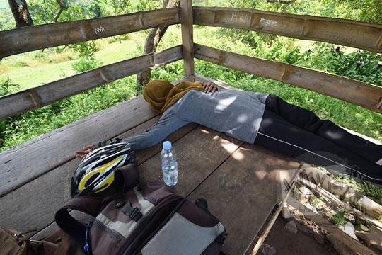 cewek tiduran di pendopo dekat papan informasi candi abang, berbah, sleman, yogyakarta pada Januari 2018