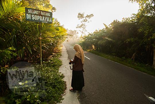 wanita memotret jalan soprayan sleman