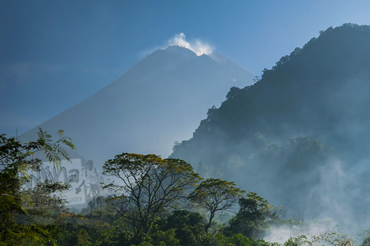 pemandangan gunung merapi dari turgo