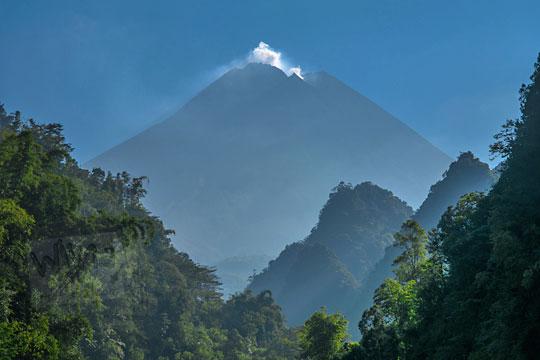 pemandangan gunung merapi dari lembah turgo