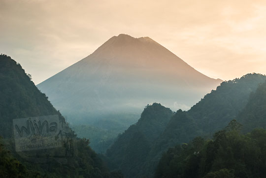 pemandangan gunung merapi dari pakem